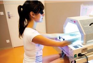 Методы лечения псориаза: крем и свет против чешуйчатого лишая.